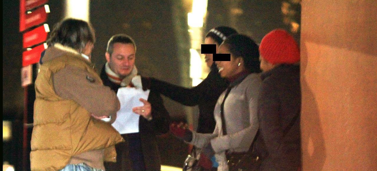 Des policiers de la brigade des moeurs contrôlent des prostituées à Lyon, en 2010.