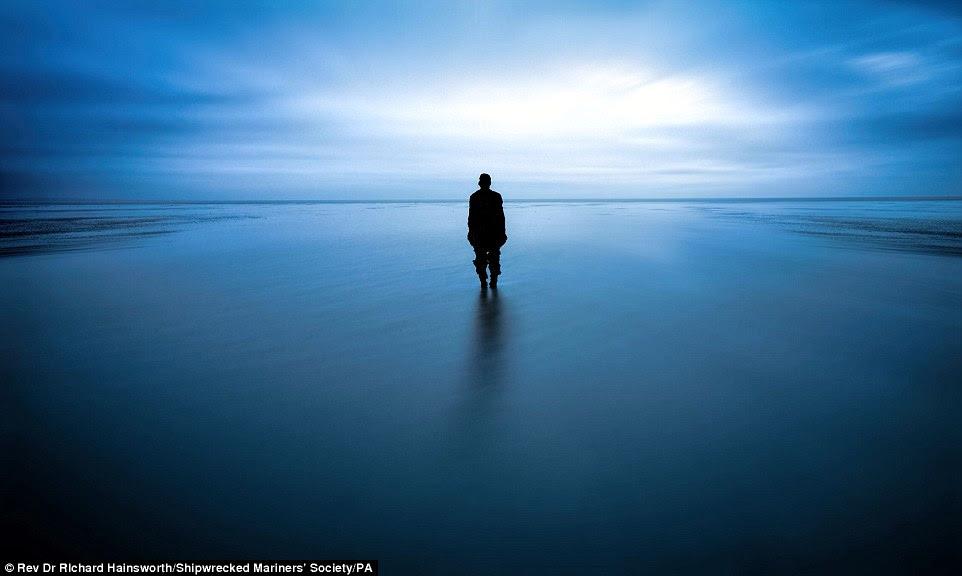 Rev. Dr. Richard Hainsworth, vencedor das pessoas e da competição da categoria mar, apresentou esta imagem impressionante de um homem solitário no mar, chamado Solace tomada em Crosby Beach, em Liverpool