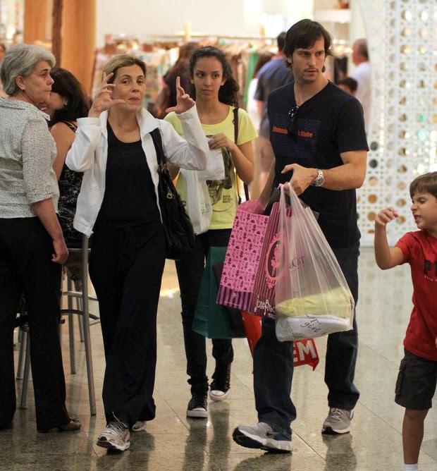 Vladimir Brichta e Adriana Esteves em shopping do Rio (Foto: Marcus Pavão / AgNews)
