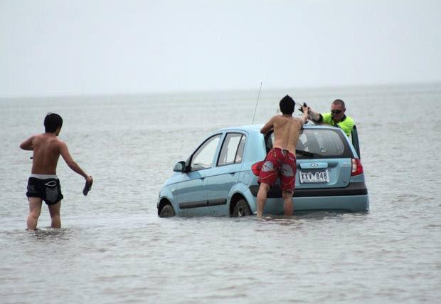 Em março deste ano, três turistas japoneses foram enganados pela maré baixa e o GPS e acabaram atolando um carro alugado na baía de Moreton, próximo a Brisbane, na Austrália, na tentativa de chegar à ilha North Stradbroke. Eles tiveram que abandonar o carro depois que ele ficou preso na lama. A maré depois subiu e deixou o carro parcialmente debaixo d'água. (Foto: Chris McCormack/Redland Times/Reuters)
