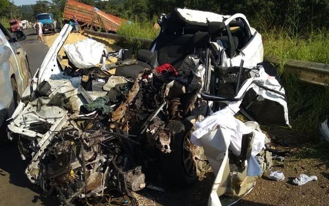 ACIDENTE - Carro fica destruído em colisão que matou 3 jovens em rodovia