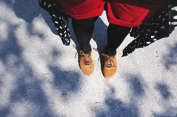 aliciasivert, alicia sivertsson, clothes, dotted, dots, clothing, shoe, shoes, shadows, knävärk blues, kläder, knän, ben, fötter, prickig, skor