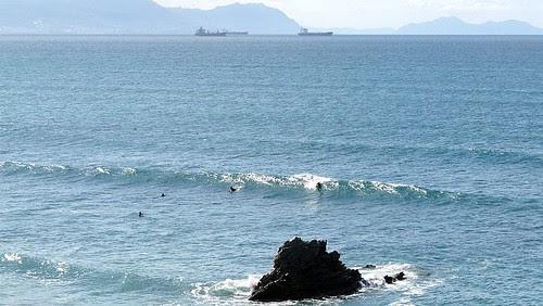 Buenas olas ayer en Sopelana, medio metro y poca gente