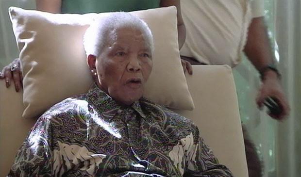 Mandela em sua casa, em imagem de vídeo feita nesta segunda (29) (Foto: SABC TV/AP)