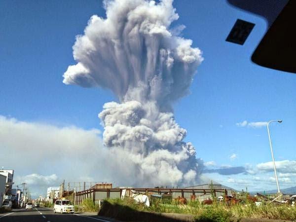 http://lesmoutonsenrages.fr/wp-content/uploads/2014/09/randonneur-volcan-eruption-japon-3.jpg
