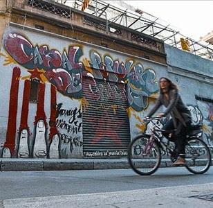Vestigi 8 Entre locals moderns, el casal resisteix a Gràcia.