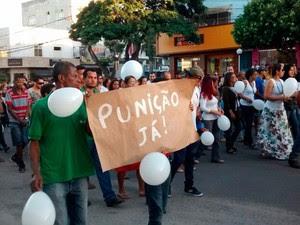 Protesto contra morte de menino de 8 anos, em Teixeira de Freitas (Foto: Kátia Petersen/TV Santa Cruz)