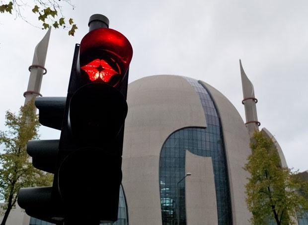 A luz de um semáforo próximo a uma mesquita na cidade de Colônia, na Alemanha, foi flagrada na quarta-feira (7) com a imagem de um beijo.  (Foto: Henning Kaiser/DPA/AFP)