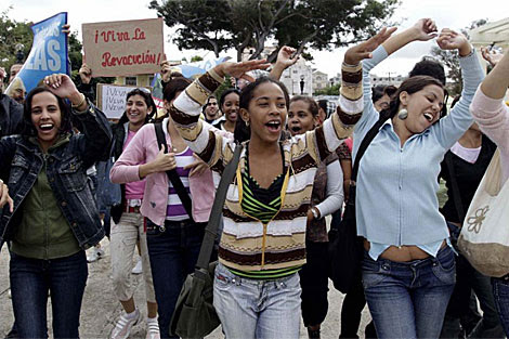 Un grupo de jóvenes se manifiesta en la calle contra los grupos disidentes. | AP