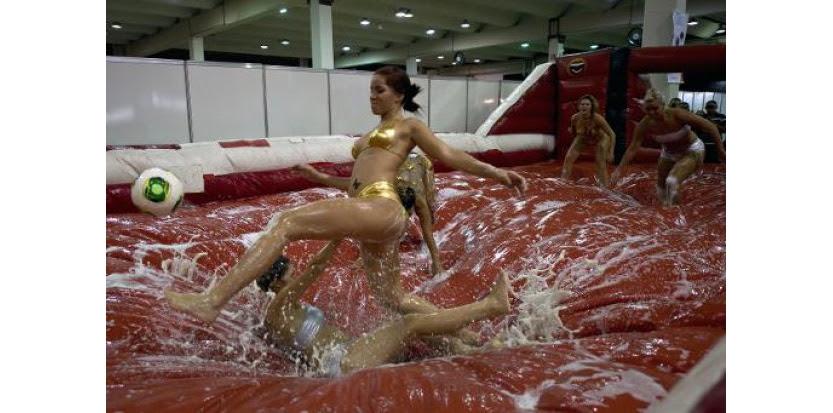 Des mannequins jouent au foot durant la Foire Erotika à Sao Paulo, au Brésil, le 28 mars 2014 (c) Afp