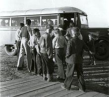 Trẻ em lên xe buýt trường học vào năm 1940.