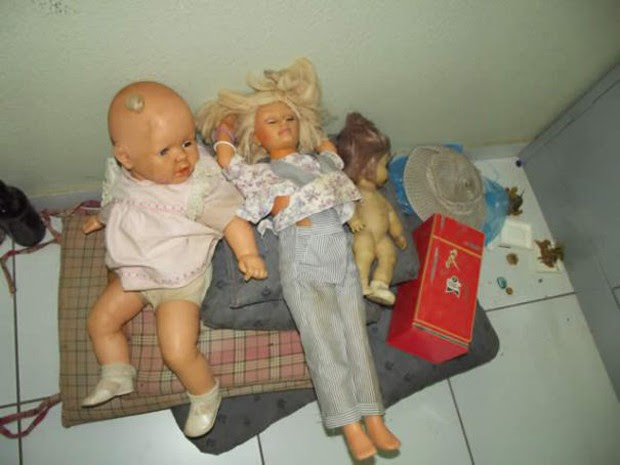 Brinquedos apreendidos na casa onde Francisco supostamente praticava os estupros em Oeiras (PI) (Foto: Rogério Silva/Mural da Vila)