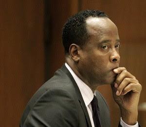 O médico Conrad Murray durante julgamento em outubro de 2011. Na madrugada desta segunda-feira (28), após dois anos de reclusão, ele foi solto por boa conduta (Foto: AP Photo/Reed Saxon, Pool, File)