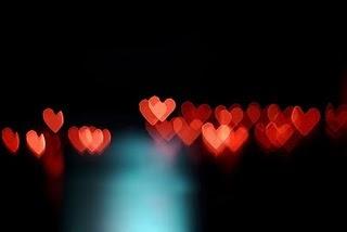 """"""" Quem começa a entender o amor, a explicá-lo, a qualificá-lo e quantificá-lo, já não está amando. """"-Roberto Freire"""