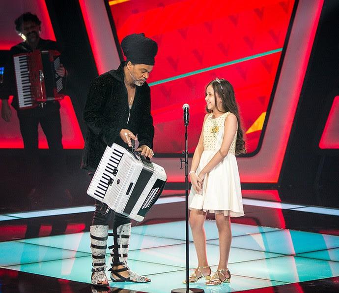Carlinhos Brown ajuda Laís Amaro no palco do The Voice Kids (Foto: Isabella Pinheiro/Gshow)