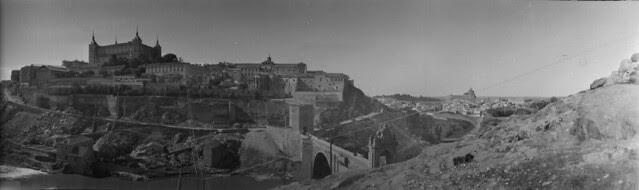 Panorámica de Toledo en 1921 desde el cerro del Castillo de San Servando. Fotografía de José Regueira. Filmoteca de Castilla y León. RESEP-186