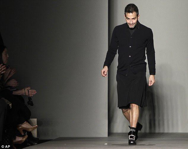 Tomar uma curva: Marc Jacobs fez uma aparição no final do show da noite passada vestindo os sapatos de fivela grande que apresentavam em seu show mainline na segunda-feira