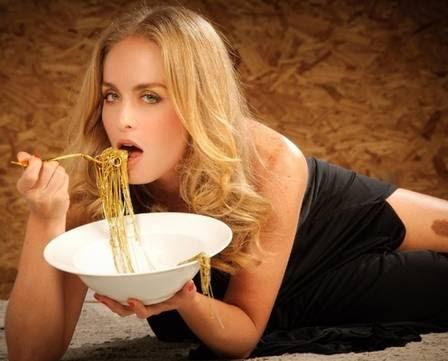 """Angélica poupou a nudez mas mostrou a famosa mancha e caprichou no olhar para o ensaio """"Comendo com os olhos"""""""