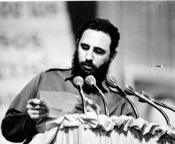 Fidel lee la carta de despedida del Che. Foto: Archivo de Cubadebate / Fidel Soldado de las Ideas