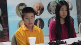 郭飞雄的两个孩子随母亲来纽约参加抗议(美国之音方冰拍摄)