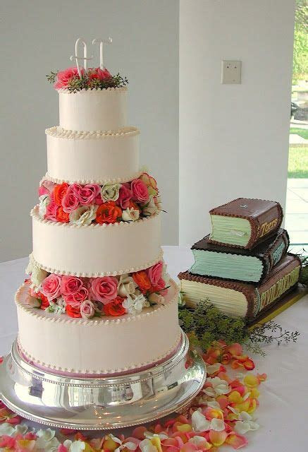 Magpies Bakery Knoxville, TN Buttercream wedding cake with