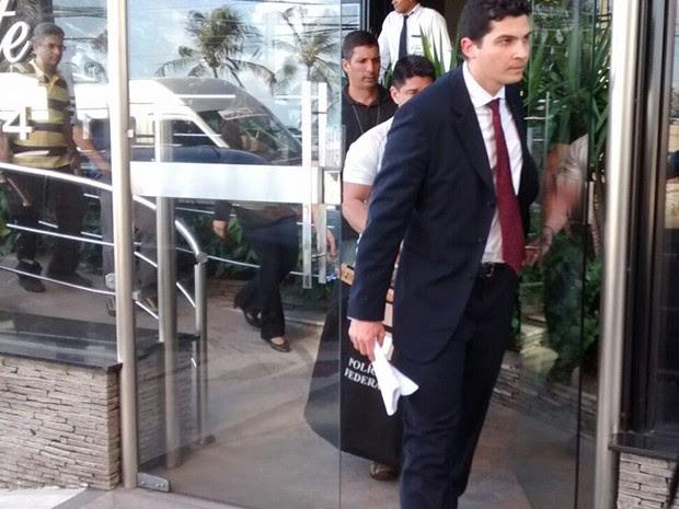 Agentes da PF saíram da casa do ministro Henrique Alves com um malote em mãos (Foto: Paulo Nascimento/Novo)