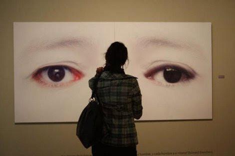 Mujer, En Un Museo