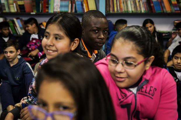 SAO PAULO, SP, BRASIL, 10-08-2017: Mesmo com a crise e desemprego no pais, os estudantes estrangeiros nas escolas municipais aumentaram 37 por cento no último semestre. Alunos nascidos no exterior passaram de 3.462, no primeiro semestre de 2016, para 4.747. Fotos na Escola Infante Dom Henrique, uma das que têm mais alunos estrangeiros na cidade de Sao Paulo. (Foto: Bruno Santos/ Folhapress) *** FSP-COTIDIANO *** EXCLUSIVO FOLHA***
