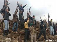Desertierte syrische Soldaten protestieren mit Demonstranten gegen das Regime in Damskus (Foto: Reuters)