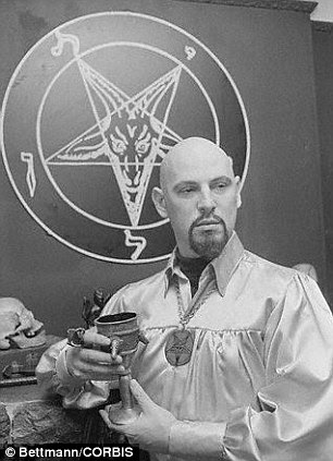 O símbolo, que consiste de uma estrela de cinco pontas dentro de um ou dois círculos, é freqüentemente associada com o satanismo