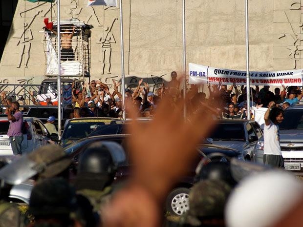 PMs cantam em frente à Assembleia durante greve na Bahia (Foto: Egi Santana/ G1)