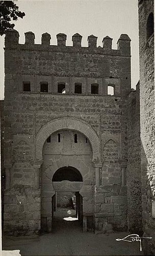 Puerta vieja de Bisagra o de Alfonso VI (Toledo) tras su restauración. Principios del siglo XX. Foto Loty