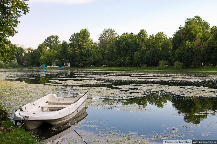 Пруд и лодка в Екатерининском парке