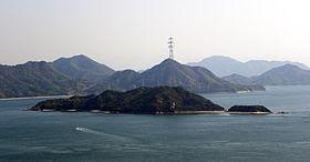 Vue de l'île depuis Kurotaki-yama. Le pylône de droite est le plus haut du Japon, avec 226m.
