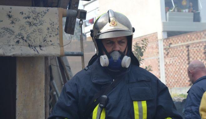 Άνδρας της πυροσβεστικής κατά την πυρόσβεση