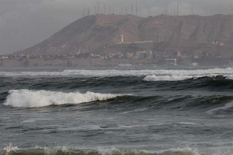 El fuerte oleaje de esta semana en la costa peruana ha obligado a cerrar 83 de los 107 puertos del país.