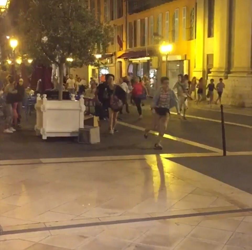 Pânico: pessoas foram vistas correndo por suas vidas após um suspeito de terrorismo dirigimos por multidões de pessoas comemorando o Dia da Bastilha, em seguida, saiu do carro e abriu fogo