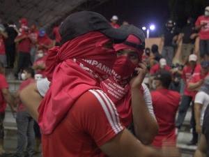 Temendo represálias, alguns servidores improvisaram máscaras para não ser identificados. (Foto: TV Verdes Mares/Reprodução)