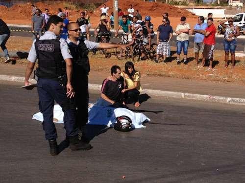 Familiares ficam ao lado de motociclista morto em acidente. PM isolam a área e esperam a chegada da Polícia Civil para realização de perícia (Ronaldo de Oliveira/CB/D.A Press)