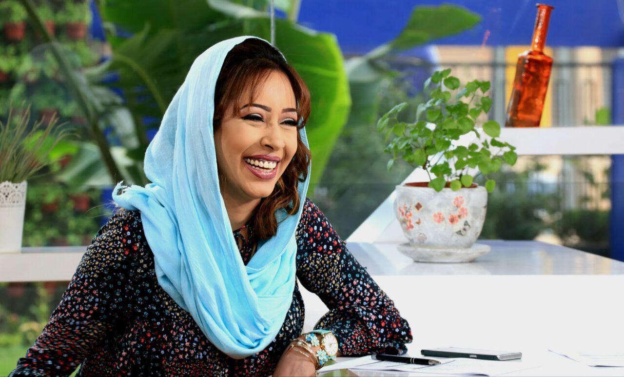 المذيعة سارة خان ترتدي الثوب السوداني وتلقي تحية الإستقلال عبر قناة عربية