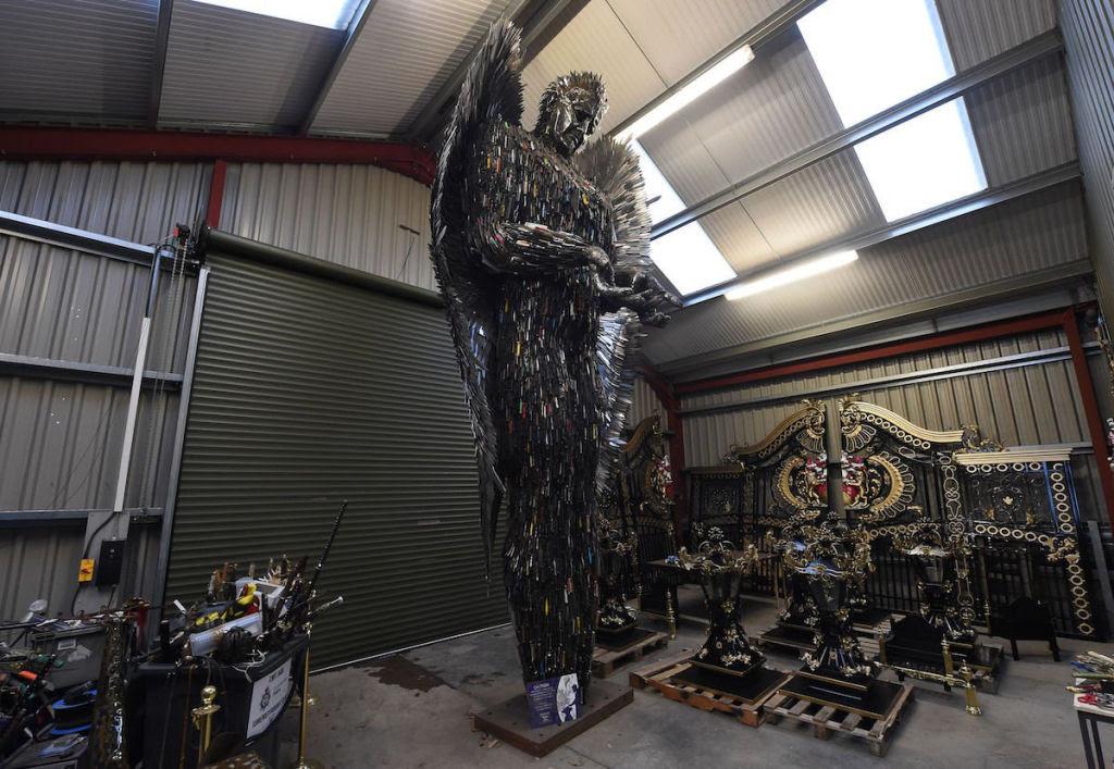 Anjo das Facas - uma escultura feita de 100.000 facas confiscadas pela polícia 03