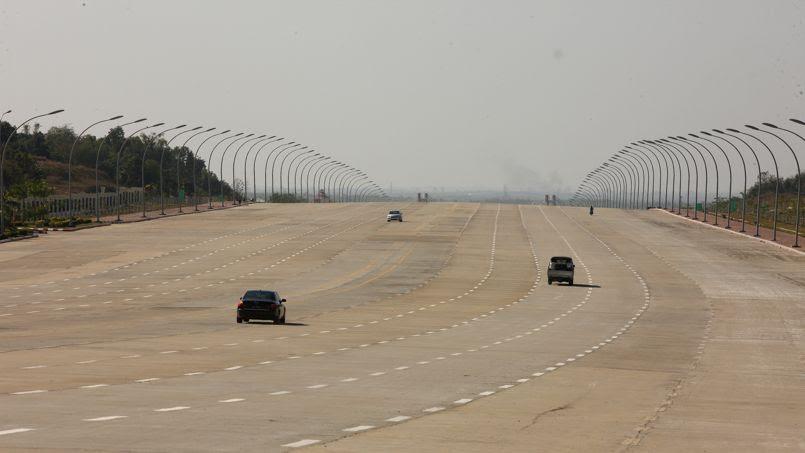 Naypyidaw est la nouvelle capitale de la Birmanie depuis 2005. Ici une autoroute qui peut accueillir jusqu'à 20 files de véhicules.