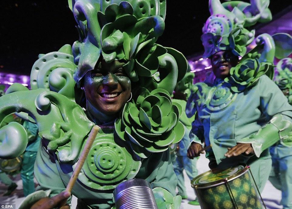Bateristas na composição verde e figurinos juntou-se com as festividades durante a cerimônia de abertura dos Jogos Olímpicos de 2016 no Rio de Janeiro, Brasil