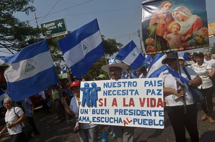 Nicaragüenses se dirigen hacia la Catedral Metropolitana en Managua, donde se celebrará una misa para exigir el fin de la violencia en ese país. (AFP).
