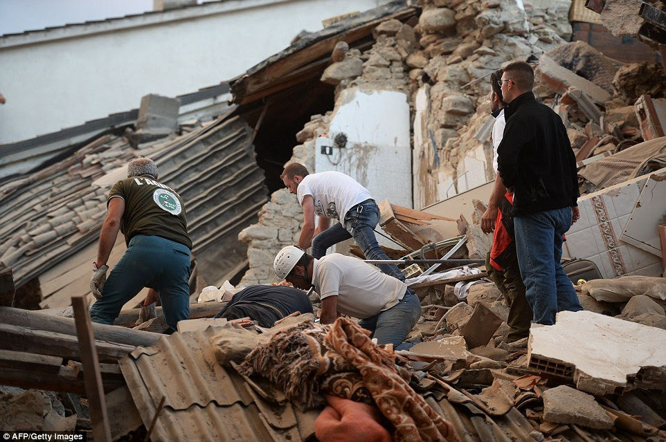 Scramble: As pessoas estão lutando através da pedra, metal e telhas para encontrar alguém que pode ser preso sob os edifícios caídos