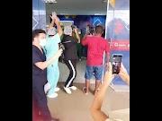 Filho arrocha o forró na porta do Hospital de Pedreiras para receber o pai que foi curado da Covid-19.