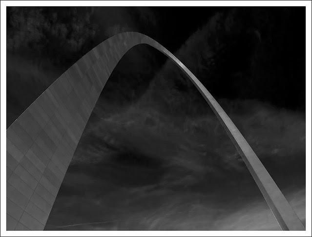 Gateway Arch 2014-03-11 3 BW
