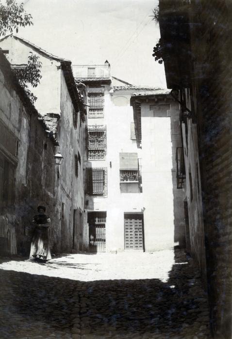 Callejón de San Ginés en junio de 1905. Fotógrafo anónimo. Colección Luis Alba. Ayuntamiento de Toledo