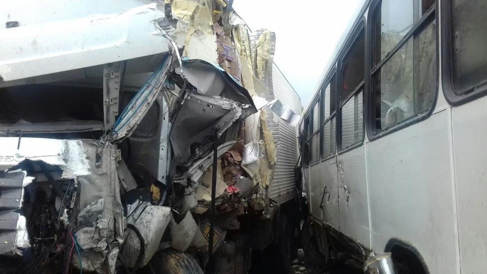 Colisão entre os dois veículos deixou um homem morto e sete pessoas feridas (Foto: Divulgação/PRF)