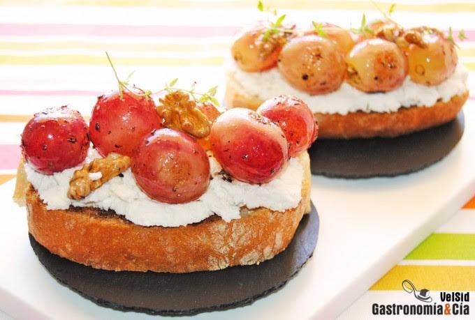 Crostini de requesón con uvas